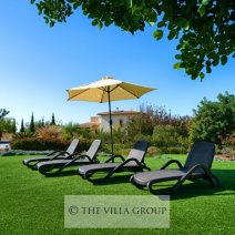 Sun loungers and ample umbrellas