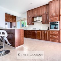 Beautiful fully equipped kitchen with breakfast bar